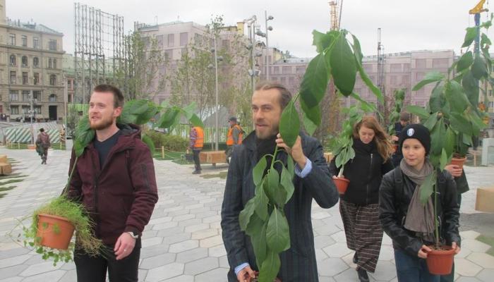 Децл подарил парку «Зарядье» авокадо