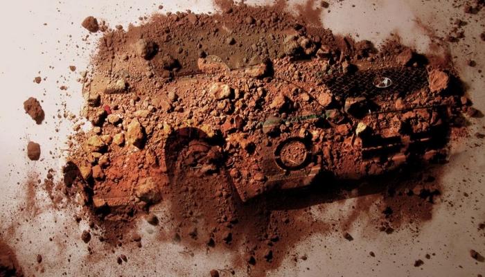 Московский художник разрисовывает грязные машины