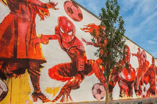 Наулице Солженицына появились футбольные граффити сизвестным героем комиксов
