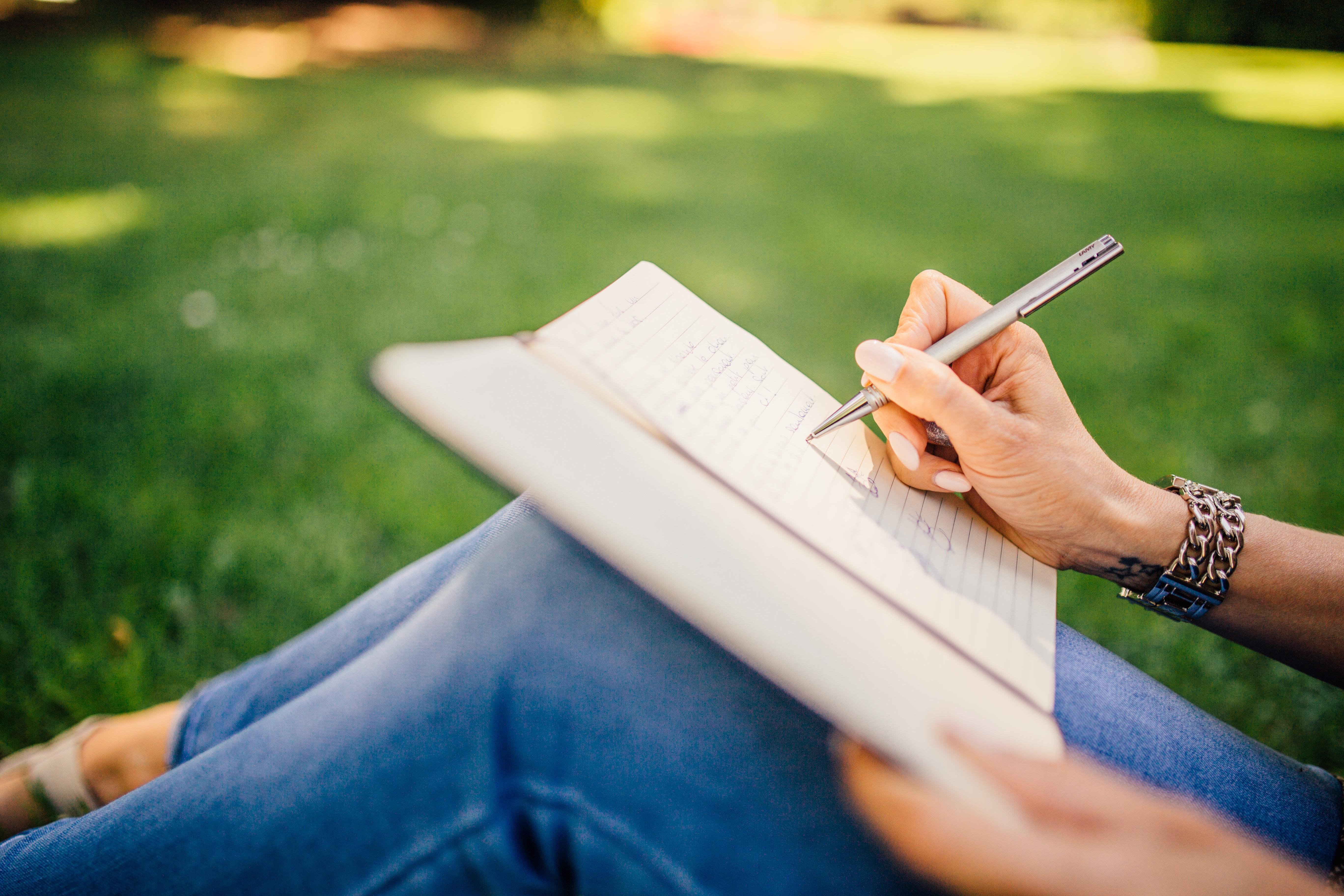 картинки человек пишет ручкой ножки также плотная