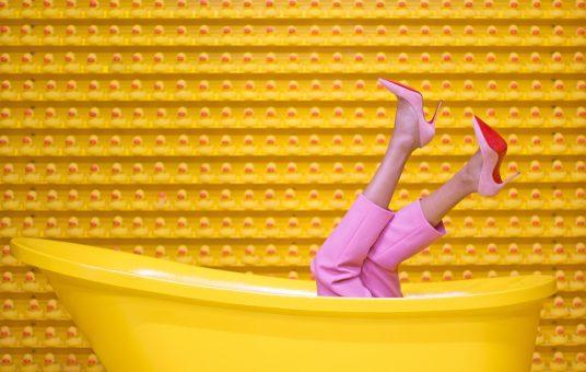 bathtub-fashion-feet-1630344